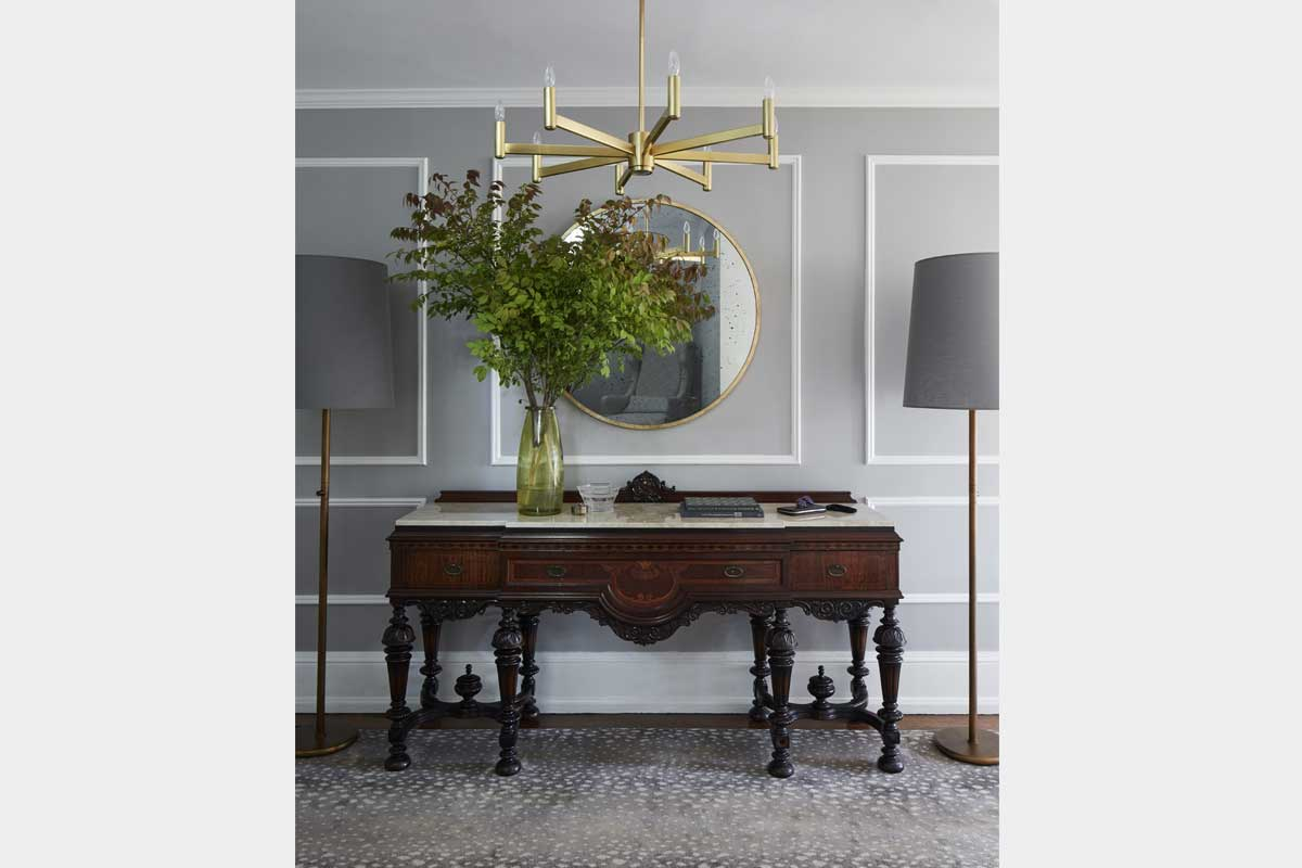 Foyer-Design-with-Brass-Lighting-and-Mirror